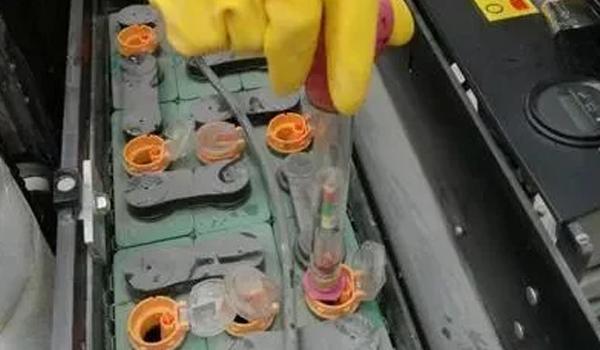 90%的人竟然不知道,叉车蓄电池要加水?